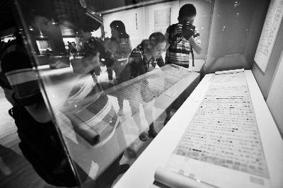 今天上午,典籍博物馆内展出的司马光《资治通鉴》手稿吸引了媒体记者的目光 摄/法制晚报记者 洪煜