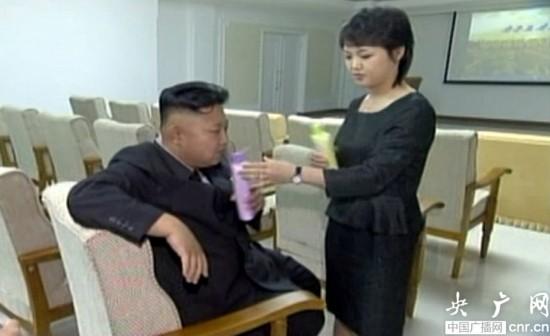 朝鲜官方电视台播放金正恩与夫人亲密画面