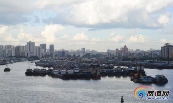"""台风""""威马逊""""将袭 海口船只回港避风"""