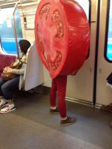 上海地铁成年女子当众小便