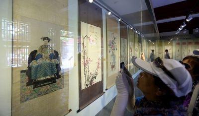 观众在拍摄展出的慈禧画像。