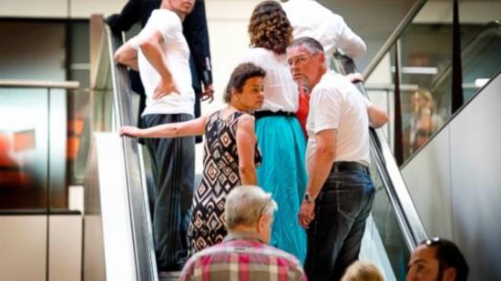 被击落 组图 悲痛欲绝 家属 客机 乘客 mh17/受害者的家庭成员聚集在Schiphol机场。