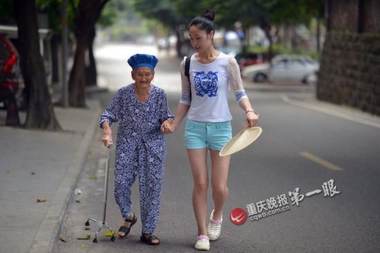90后女孩带88岁外婆上班
