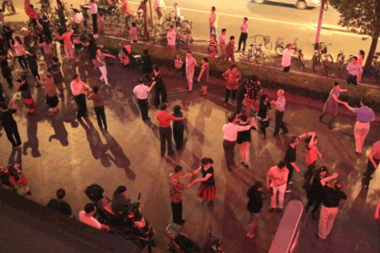 Shanghai residents 'support' square dancers
