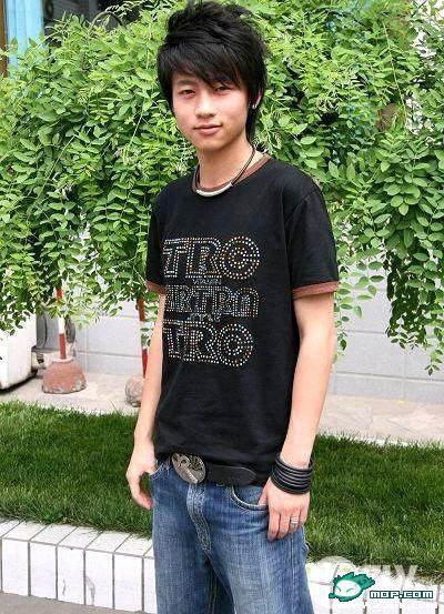 偏分厚刘海是很多耍帅小男生最爱,包括魏晨