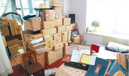 图为:刘婆婆家的收藏品堆得很高 记者 佟建国 摄