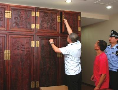 """""""老赖""""买红木家具欠10余万 法官现场扣押物品"""