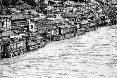 凤凰古城遭遇罕见洪水。 新华社发