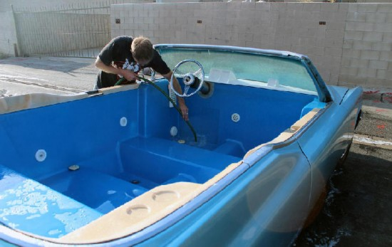 改�.yK^[�{���nߒ�/��_美国男子将古董车改成移动浴缸 或创造世界纪录【组图