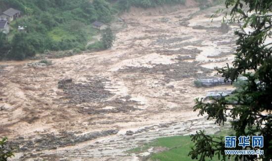 是7月21日在云南德宏州芒市芒海镇泥石流灾害现场拍摄的图片. 记图片