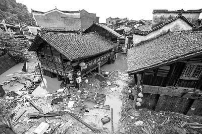 7月16日,凤凰古城内街道被水淹没,漂浮着杂物。新华社发