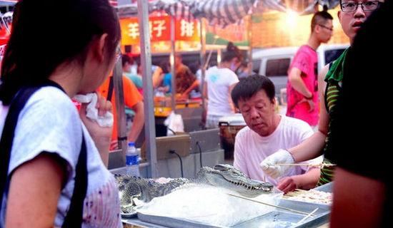 """沈阳现""""烤鳄鱼肉""""20元一串现烤现卖(图)"""