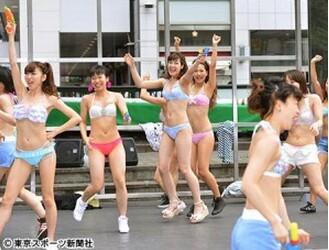日本30名女艺人东京街头举行泳装快闪