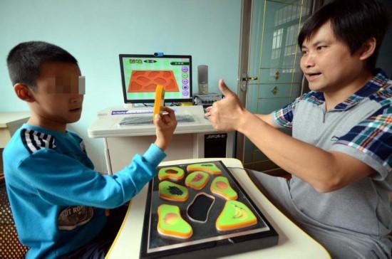 在特训教室内,官顺昌正在对一名孩子进行训练,每当问题回答正确后,官顺昌会对孩子竖起大拇指,给孩子予以鼓励。