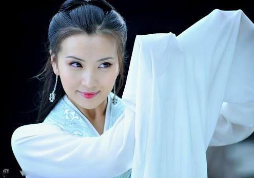 蒋勤勤/新版《三国》的第一集陈好版貂蝉就穿着一身白裙朴素登场了,等...