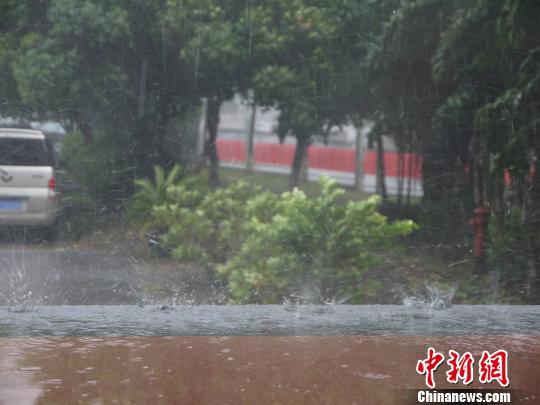 """广西柳州高温天突降冰雹市民体验""""过山车""""天气"""