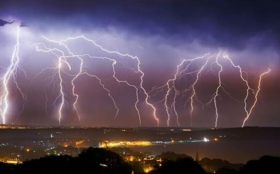 英国遭遇闪电袭城 场面壮观(组图)【3】图片