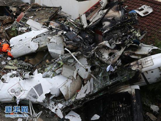 组图:直击台湾客机失事现场 黑匣子受损严重