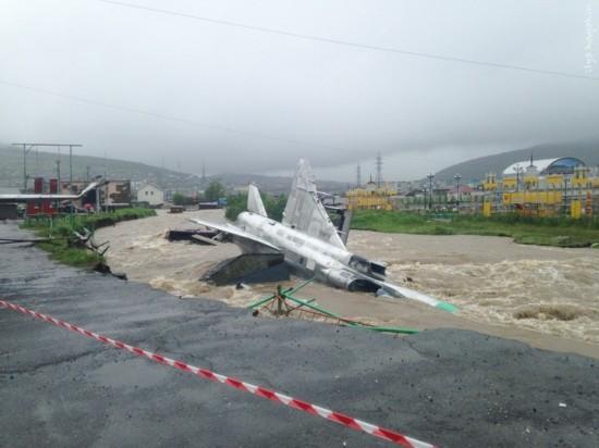 组图:俄罗斯洪水将数架退役苏15战斗机冲走