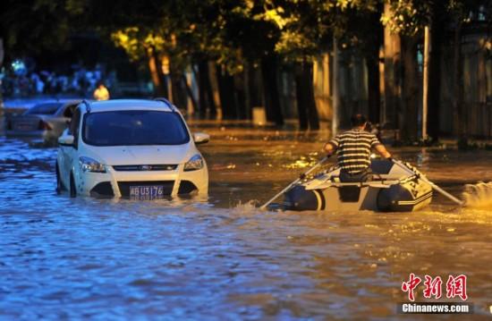 """台风""""麦德姆""""登陆福建 民众坐皮划艇出行"""