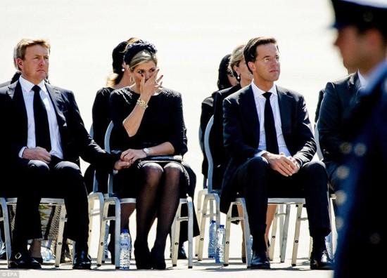 组图:马航遇难者遗体抵荷兰 王室流泪迎接
