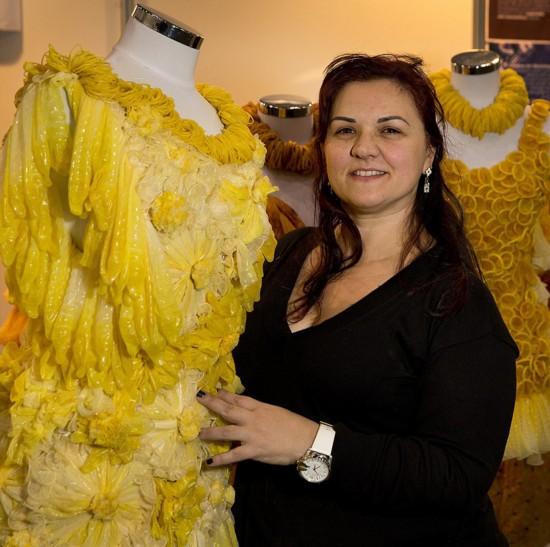 艺术家用避孕套制作华丽连衣裙 倡安全性行为