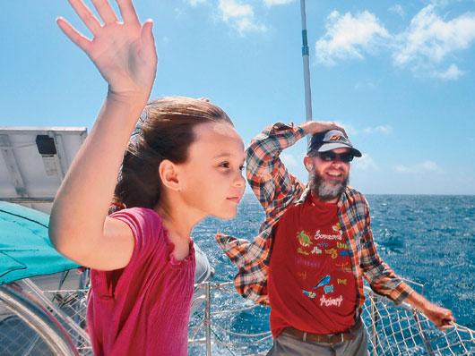 女孩隨父母駕帆船航游世界8年10歲才上學(圖)