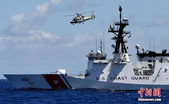 环太军演:解放军直9从美国海警船头顶飞过