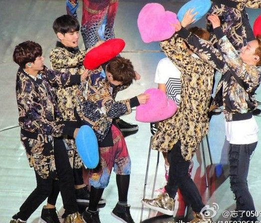EXO上海演唱会精彩花絮 灿烈演奏架子鼓表情超特别