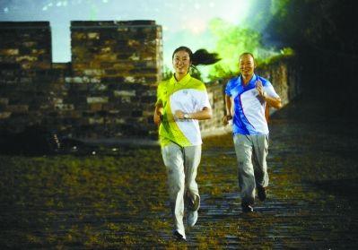 南京青奥会志愿者的24小时:穿高跟鞋训练