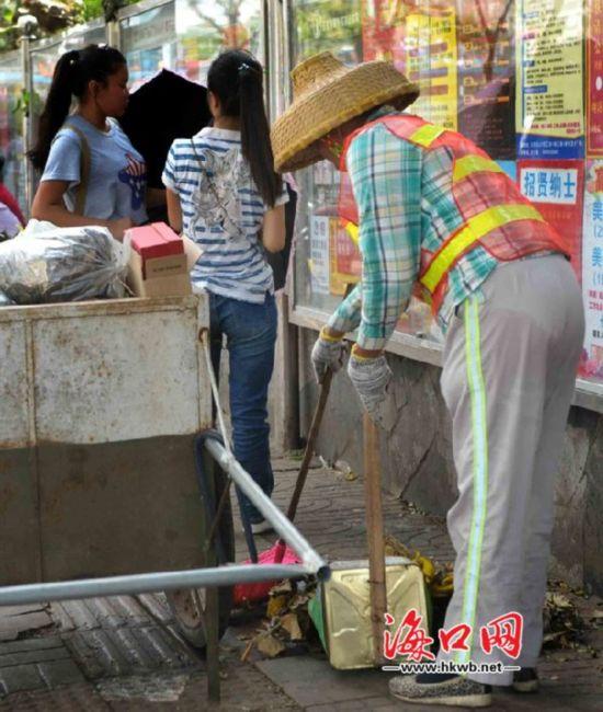 全市环卫工人夜以继日奋战一线清除垃圾。大街、小巷、公园等地,处处都有他们的身影,累了喝口水,靠在手推垃圾车上小憩一会接着干。