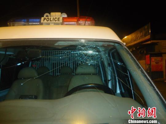 """杭州醉汉深夜拿酒瓶砸警车为""""测试""""玻璃防弹性能"""