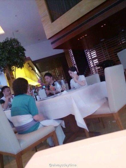 刘强东与奶茶妹妹家人碰面