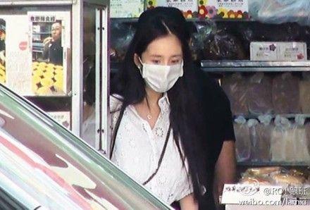 杨幂产后首次露面 口罩遮面身材纤瘦(图)