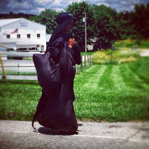 美国现神秘黑衣妇女徒步旅行走遍多州(图)
