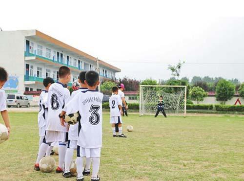 漯河临颍县50名小球员参加全国足球夏令营