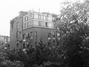 北京:阿尔法小区顶层搭阳光房 楼下居民忧心忡忡