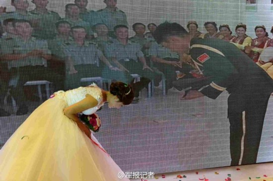 组图:解放军边防连长与新娘办视频婚礼