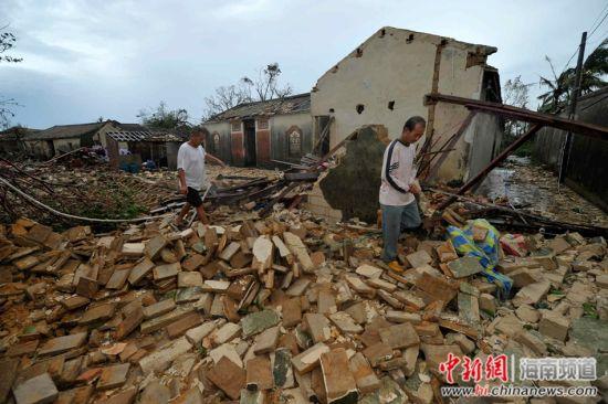 海南文昌灾民酷暑中盼救助 急需油毡和帐篷
