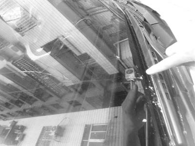 海口:鋁合金窗框從12樓墜落 市民提心吊膽