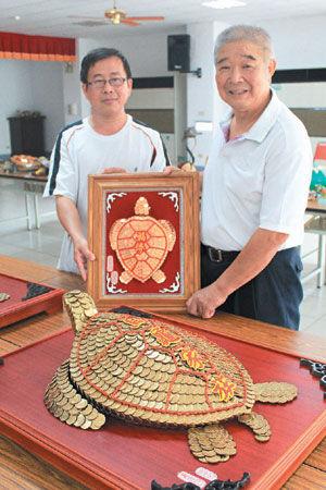 15公斤硬币金龟亮相 民众啧啧称奇