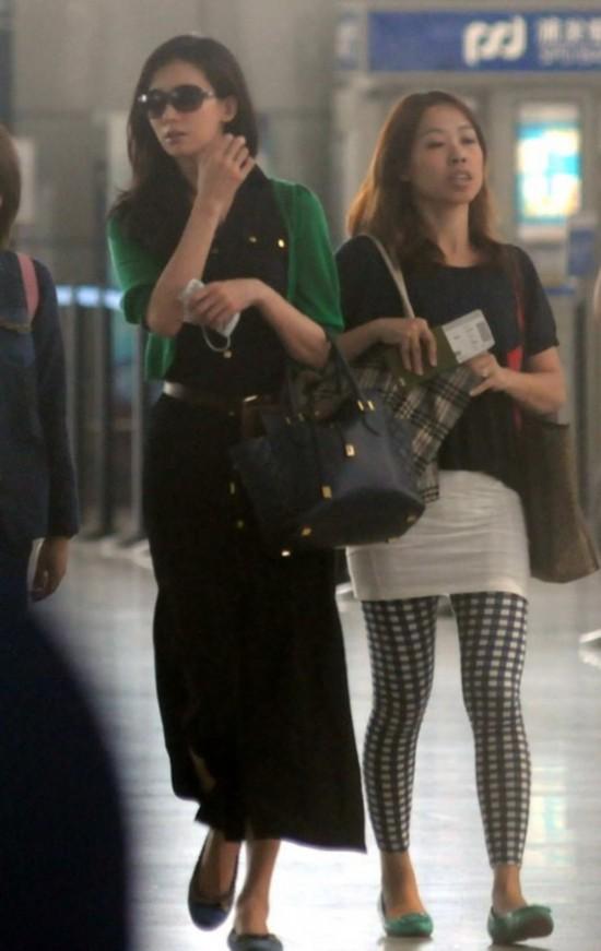 林志玲穿开衩长裙现机场 难耐高温忙摘口罩【3】图片