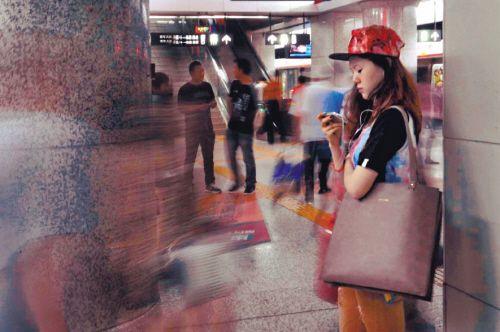 地铁站台上 用看电影的女孩