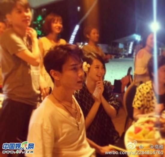 """李承铉安排了戚薇的闺蜜好友偷偷""""潜入""""海岛,然后在拍摄途中突然求婚"""