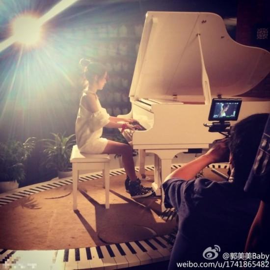 郭美美弹钢琴
