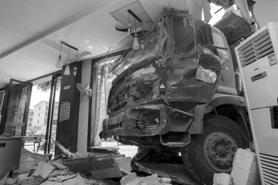长沙一货车失控撞进饭店 系被另一车给撞过来的