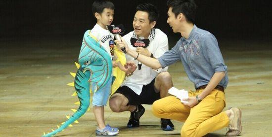 爸爸去哪儿第二季 杨威与儿子杨阳洋穿sugarman现身 驯龙秀