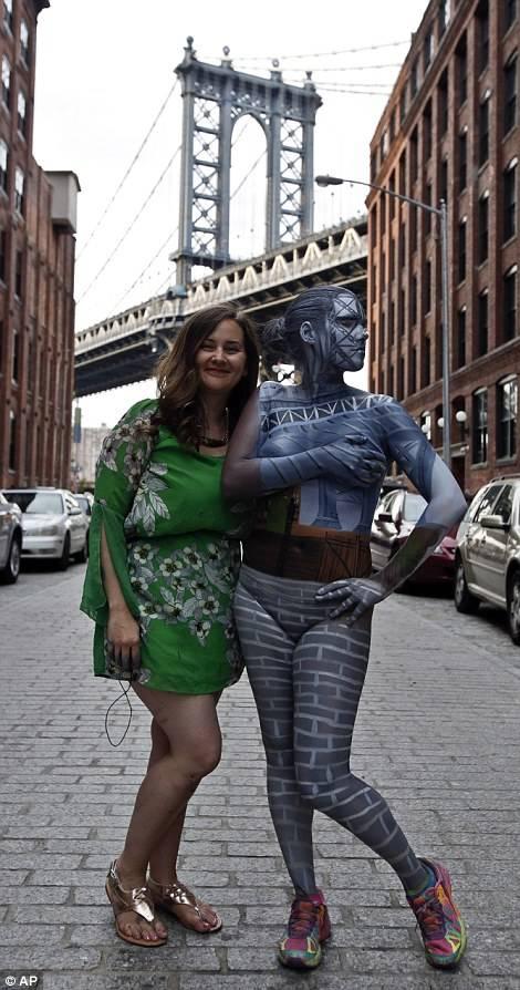 妈妈与儿子乱轮人体艺术_隐身于城市的人体艺术家【7】