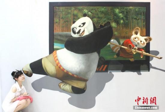 3D立体画亮相江苏盐城 市民人画互动体验神