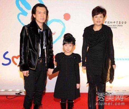 平时接受采访,李咏也是一再强调自己怕老婆,哈文是家中